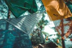 Βουδιστικές σημαίες προσευχής σε έναν λόφο Στοκ Εικόνα