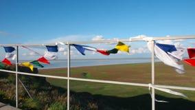 Βουδιστικές σημαίες σε έναν λόφο που κυματίζει στον αέρα απόθεμα βίντεο