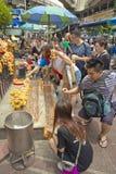 Βουδιστική επίκληση τουριστών στη λάρνακα Ratchaprasong Erawan στοκ φωτογραφία