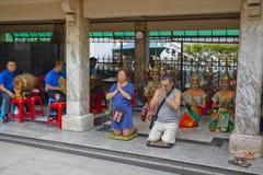 Βουδιστική επίκληση τουριστών στη λάρνακα Ratchaprasong Erawan στοκ εικόνες
