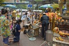 Βουδιστική επίκληση τουριστών στη λάρνακα Ratchaprasong Erawan στοκ φωτογραφίες