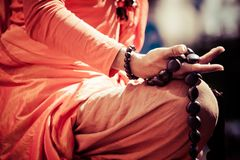 Βουδιστική λεπτομέρεια χεριών μοναχών, ο μοναχός στην επίκληση. Στοκ Εικόνες