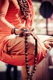 Βουδιστική λεπτομέρεια χεριών μοναχών, ο μοναχός στην επίκληση. Στοκ φωτογραφία με δικαίωμα ελεύθερης χρήσης