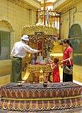 Βουδιστική οικογένεια που λούζει το statu του Βούδα Στοκ φωτογραφία με δικαίωμα ελεύθερης χρήσης