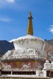 Βουδιστικοί άσπροι stupa και μπλε ουρανός Μοναστήρι Thiksey, Leh, Ladakh, Ινδία Στοκ Φωτογραφίες