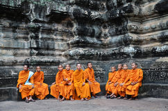 Βουδιστικοί μοναχοί στις κοκκινωπές κίτρινες τηβέννους Στοκ εικόνες με δικαίωμα ελεύθερης χρήσης
