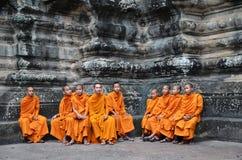 Βουδιστικοί μοναχοί στις κοκκινωπές κίτρινες τηβέννους Στοκ Εικόνα