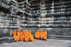 Βουδιστικοί μοναχοί στις κοκκινωπές κίτρινες τηβέννους Στοκ εικόνα με δικαίωμα ελεύθερης χρήσης