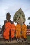 Βουδιστικοί μοναχοί στις πορτοκαλιές τηβέννους Angkor Wat Στοκ φωτογραφία με δικαίωμα ελεύθερης χρήσης