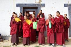 Βουδιστικοί μοναχοί στο μοναστήρι Gangtey, Gangteng, Μπουτάν Στοκ Φωτογραφία