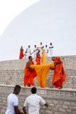 Βουδιστικοί μοναχοί στο Ruwanwelisiya Dagoba (Ruvanvelisaya) σε Anuradhapura στη Σρι Λάνκα Στοκ Φωτογραφίες
