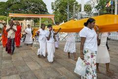 Βουδιστικοί προσκυνητές σε Anuradhapura στη Σρι Λάνκα Στοκ Φωτογραφία