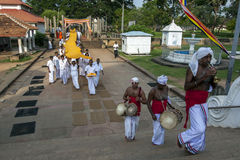 Βουδιστικοί προσκυνητές στο Ruwanwelisiya Dagoba (Ruvanvelisaya) σε Anuradhapura στην κεντρική Σρι Λάνκα Στοκ εικόνα με δικαίωμα ελεύθερης χρήσης