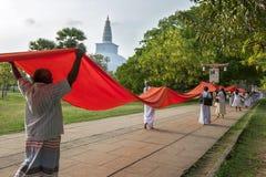 Βουδιστικοί προσκυνητές στο Ruwanwelisiya Dagoba (Ruvanvelisaya) σε Anuradhapura στη Σρι Λάνκα Στοκ εικόνες με δικαίωμα ελεύθερης χρήσης