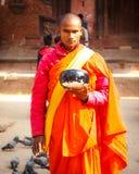 Βουδιστικός μοναχός με να ικετεύσει το κύπελλο Στοκ Φωτογραφία