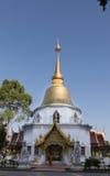 βουδιστικός μοναχός που εργάζεται με το πάτωμα σκουπισμάτων σκουπών μπροστά από χρυσό Στοκ Εικόνες