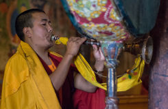 Βουδιστικός μοναχός που παίζει το παραδοσιακό όργανο Στοκ Φωτογραφία