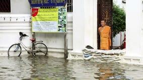 Βουδιστικός μοναχός στην πλημμύρα απόθεμα βίντεο