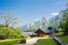 Βουδιστικός ναός βουνών στο εθνικό πάρκο Seoraksan (Νότια Κορέα Στοκ Φωτογραφία