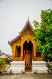 Βουδιστικός ναός με το χρυσό χρυσό άγαλμα του Βούδα Luang Prabang Λάος Στοκ φωτογραφίες με δικαίωμα ελεύθερης χρήσης