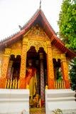 Βουδιστικός ναός με το χρυσό χρυσό άγαλμα του Βούδα Luang Prabang Λάος Στοκ Εικόνες