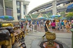 Βουδιστικός σεβασμός πληρωμής τουριστών στη λάρνακα Ratchaprasong Erawan στοκ εικόνες
