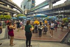 Βουδιστικός σεβασμός πληρωμής τουριστών στη λάρνακα Ratchaprasong Erawan στοκ φωτογραφίες με δικαίωμα ελεύθερης χρήσης