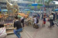 Βουδιστικός σεβασμός πληρωμής τουριστών στη λάρνακα Ratchaprasong Erawan στοκ φωτογραφίες
