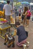 Βουδιστικός σεβασμός πληρωμής τουριστών στη λάρνακα Ratchaprasong Erawan στοκ φωτογραφία