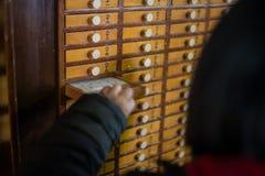 Βουδιστικό τελετουργικό στο ναό στο Τόκιο, Ιαπωνία Στοκ φωτογραφία με δικαίωμα ελεύθερης χρήσης