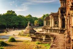 Βουδιστικό Stupa και εξωτερικός διάδρομος με τις στήλες Angkor Wat Στοκ Φωτογραφίες