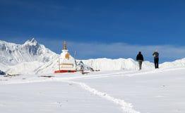 Βουδιστικό stupa με δύο τουρίστες στην περιοχή Annapurna Στοκ Φωτογραφίες