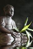 Βούδας στην περισυλλογή με το μπαμπού και το νερό Στοκ φωτογραφία με δικαίωμα ελεύθερης χρήσης