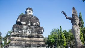 Βούδας στο υπόβαθρο του μπλε ουρανού σε Nong Khai, Ταϊλάνδη στοκ φωτογραφίες με δικαίωμα ελεύθερης χρήσης