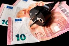 Βούλωμα ηλεκτρικής δύναμης και ευρωπαϊκά χρήματα στο υπόβαθρο στοκ φωτογραφία με δικαίωμα ελεύθερης χρήσης