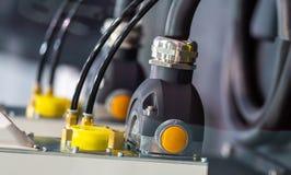 Βούλωμα συσκευών στον ηλεκτρικό ανεφοδιασμό υποδοχών στοκ εικόνες με δικαίωμα ελεύθερης χρήσης