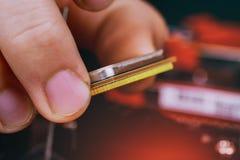 Βούλωμα τεχνικών μηχανικών στο μικροεπεξεργαστή υπολογιστών ΚΜΕ στην υποδοχή μητρικών καρτών συντήρηση και repa βιομηχανίας υποβά στοκ φωτογραφίες με δικαίωμα ελεύθερης χρήσης