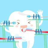 Βούρτσα και άσπρο δόντι πλυσίματος Στοκ φωτογραφία με δικαίωμα ελεύθερης χρήσης