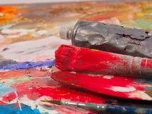 Βούρτσα και φωτεινή παλέτα λάδι-χρωμάτων για το υπόβαθρο Στοκ εικόνα με δικαίωμα ελεύθερης χρήσης
