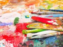 Βούρτσα και φωτεινή παλέτα λάδι-χρωμάτων για το υπόβαθρο Στοκ εικόνες με δικαίωμα ελεύθερης χρήσης