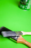 Βούρτσα και χρώμα σε ένα πράσινο υπόβαθρο Στοκ Εικόνες