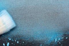Βούρτσα καλλιτεχνών ` s σύνθεσης στη λεκιασμένη μπλε σκόνη Στοκ Φωτογραφία