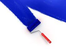 Βούρτσα κυλίνδρων με τον μπλε τοίχο χρωμάτων Στοκ Εικόνες