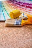 Βούρτσα κυλίνδρων χρωμάτων και φωτεινός ανεμιστήρας pantone στο ξύλο Στοκ φωτογραφία με δικαίωμα ελεύθερης χρήσης