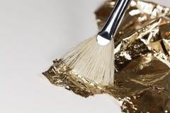 Βούρτσα με το χρυσό φύλλο αλουμινίου για την επιχρύσωση Στοκ φωτογραφίες με δικαίωμα ελεύθερης χρήσης
