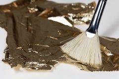 Βούρτσα με το χρυσό φύλλο αλουμινίου για την επιχρύσωση Στοκ Εικόνες