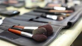 Βούρτσα που τίθεται για τη σύνθεση στον πίνακα, βούρτσα Makeup στον ξύλινο πίνακα, ρηχό βάθος του τομέα απόθεμα βίντεο
