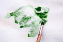 Βούρτσα στα χέρια Καλλιτέχνης που δημιουργεί τη ζωγραφική watercolor Στοκ Φωτογραφίες