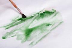 Βούρτσα στα χέρια Καλλιτέχνης που δημιουργεί τη ζωγραφική watercolor Στοκ φωτογραφία με δικαίωμα ελεύθερης χρήσης