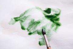 Βούρτσα στα χέρια Καλλιτέχνης που δημιουργεί τη ζωγραφική watercolor Στοκ Εικόνες